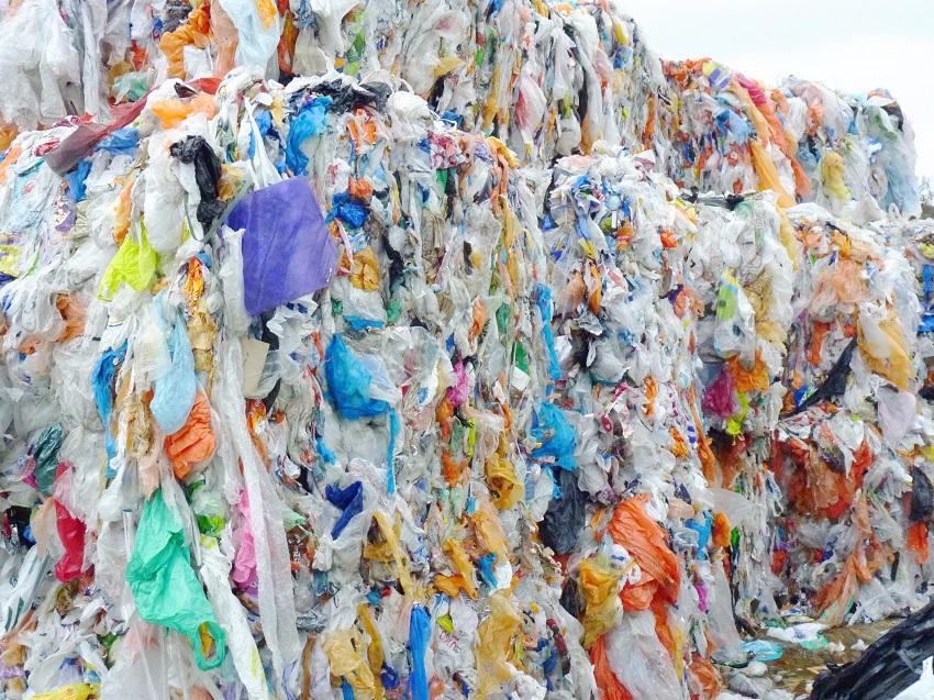 Neste setzt auf Kunststoffabfälle als Rohstoff für Kraftstoffe und Kunststoffe