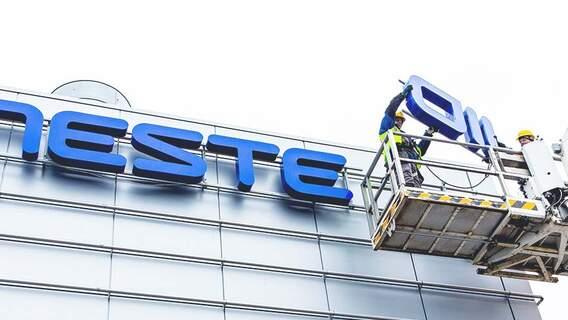 Im Jahr 2015 kehrte Neste Oil wieder zu seinem ursprünglichen Namen, Neste, zurück, um seinen Strategiewechsel in Richtung erneuerbare Lösungen zu markieren.
