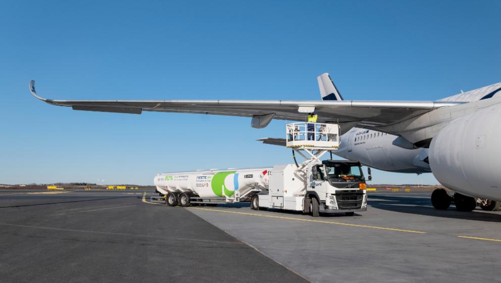 renewablejetfuel-tankertruckatairport